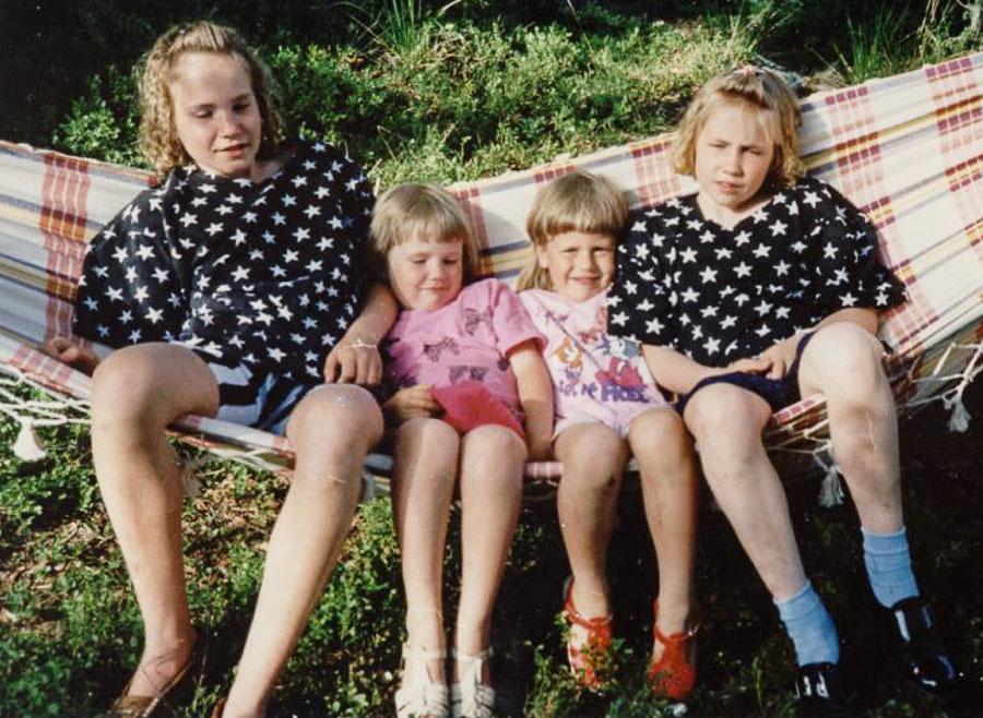 Outi, Tuija, Sannamari ja Heini Lankia Vehmersalmella kultaisella 90-luvulla.